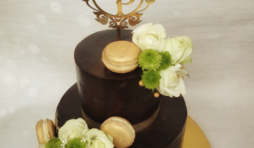 Fresh Flowers & Macarons Reception Cake